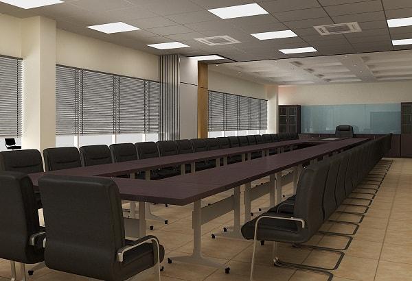 Phòng họp được thiết kế đơn giản với bàn dài và ghế da cao cấp
