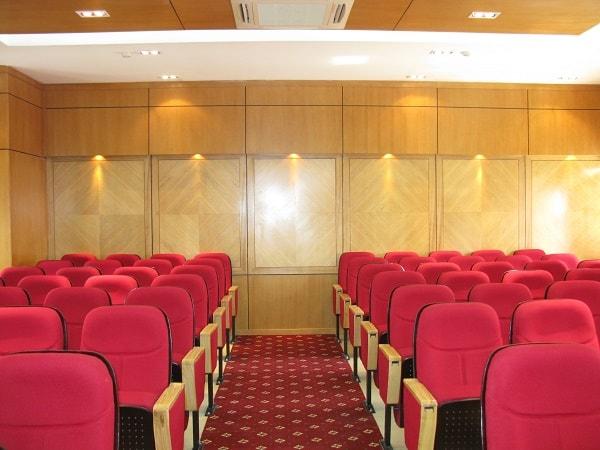 Không gian phòng họp hài hòa giữa hệ thống vách ốp và bàn họp