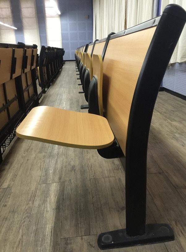 Ghế được làm từ hai chất liệu chính là gỗ công nghiệp và nhôm đúc