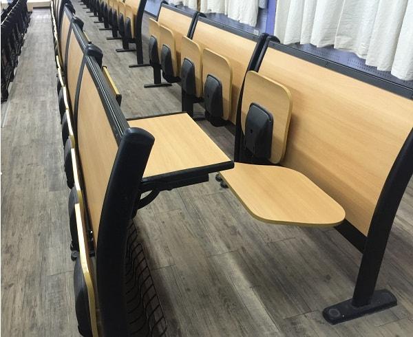 Ghế còn được lắp bàn ở phía sau cho người ngồi sau sử dụng