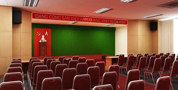 Ghế được lắp trong hội trường có màu đỏ, chân được làm từ kim loại chắc chắn