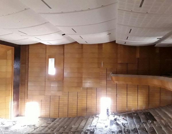Bức tường bên phải của hội trường đi từ cửa vào đã được hoàn thiện