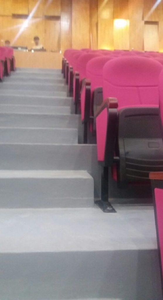Màu hồng của ghế kết hợp hài hòa với màu vàng của ốp tường
