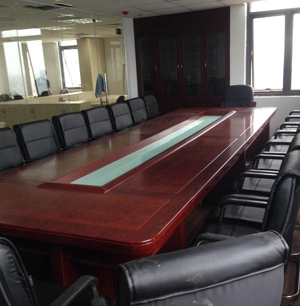 Phòng họp là sự kết hợp hoàn hảo giữa bàn họp oval và ghế ngồi cao cấp