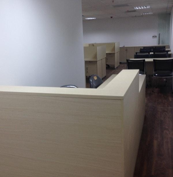 Văn phòng được lắp đặt thêm bàn phụ dành cho nhân viên