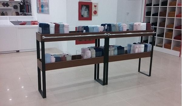 Kệ trưng bày di động được bố trí tại gian hàng thời trang Canifa