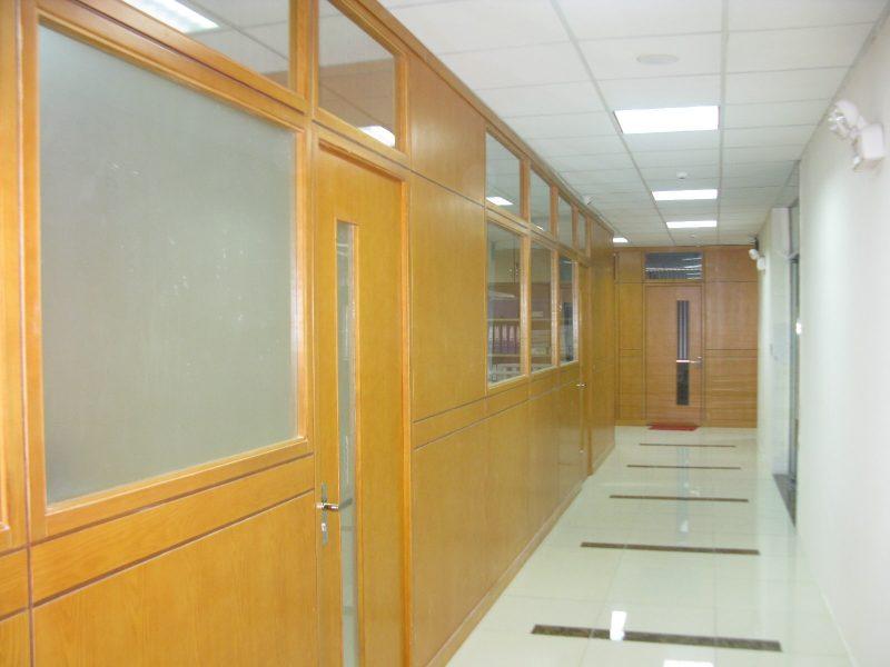 Vách ngăn phòng làm việc trở nên đẹp mắt với những ô cửa kính