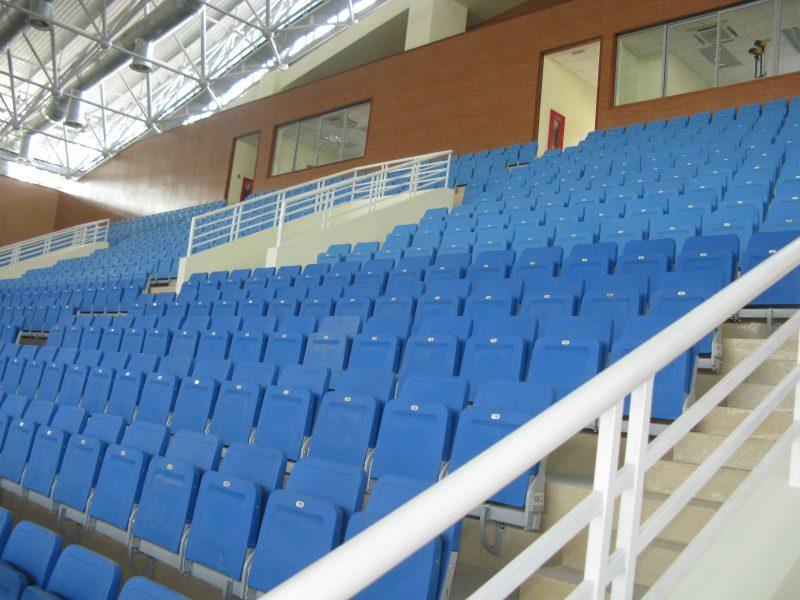 Khu vực khán đài trở nên nổi bật với những hàng ghế màu xanh dương