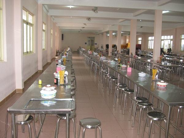 Bàn ăn được lắp đặt tại trường Ngôi sao phố núi được làm bằng inox