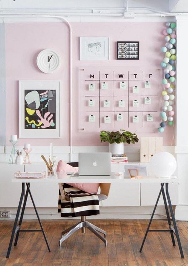 Văn phòng nổi bật bởi lịch treo tường