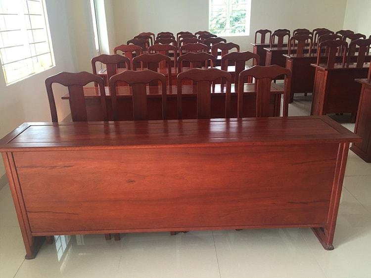 Bàn hội trường thường được chế tạo từ vật liệu gỗ tự nhiên hoặc gỗ công nghiệp