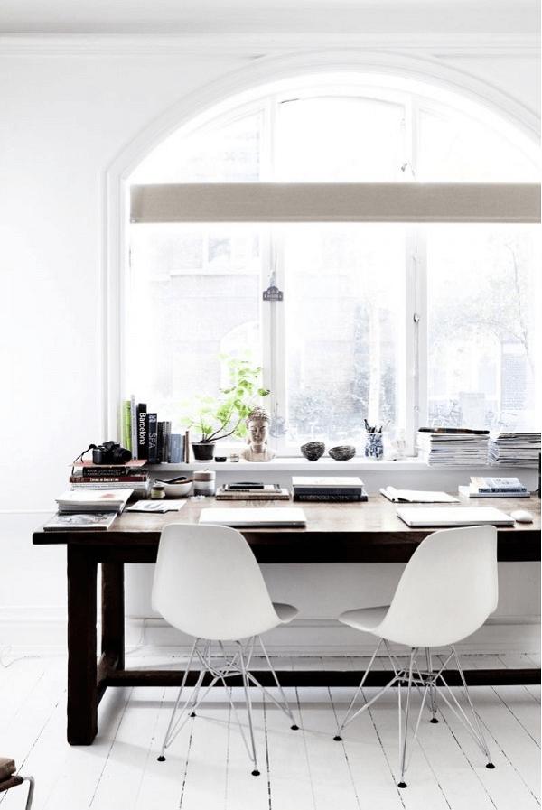 Các loại đèn có ánh sáng trắng hoặc vàng cũng giúp căn phòng trở nên sáng sủa và ấm áp hơn