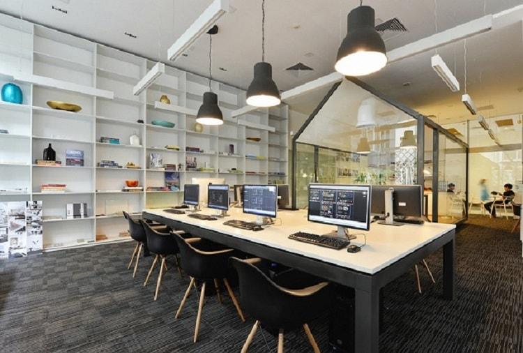 Vị trí bàn làm việc phải là trung tâm của căn phòng