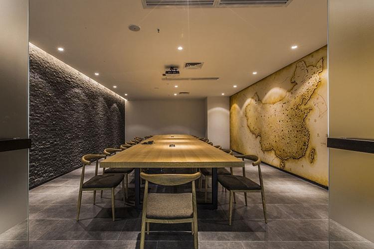 Tạo hình khối ở những bức tường trong phòng họp để trang trí