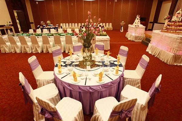 Sắp xếp chỗ ngồi trong bàn tiệc hình tròn