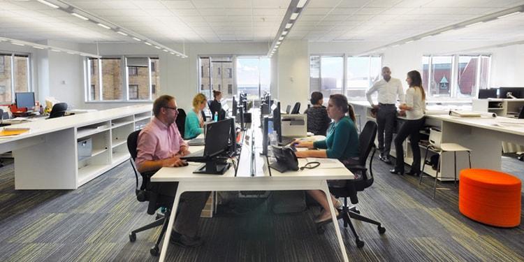 Yếu tố quan trọng nhất khi sắp xếp chỗ ngồi là đảm sự thoải mái, tiện dụng cho nhân viên