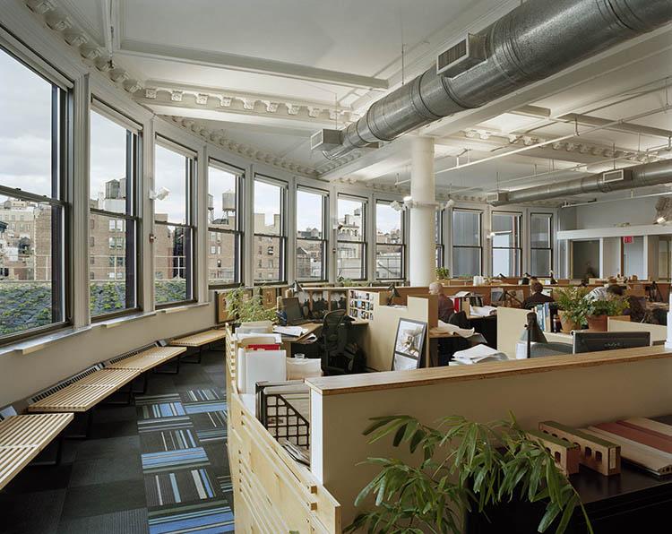 Nội thất văn phòng phong cách Eco chủ yếu bằng gỗ