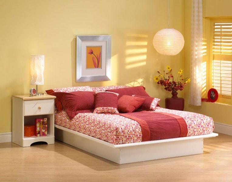 Phòng ngủ kết hợp các tông màu: vàng, hồng, đỏ, nâu